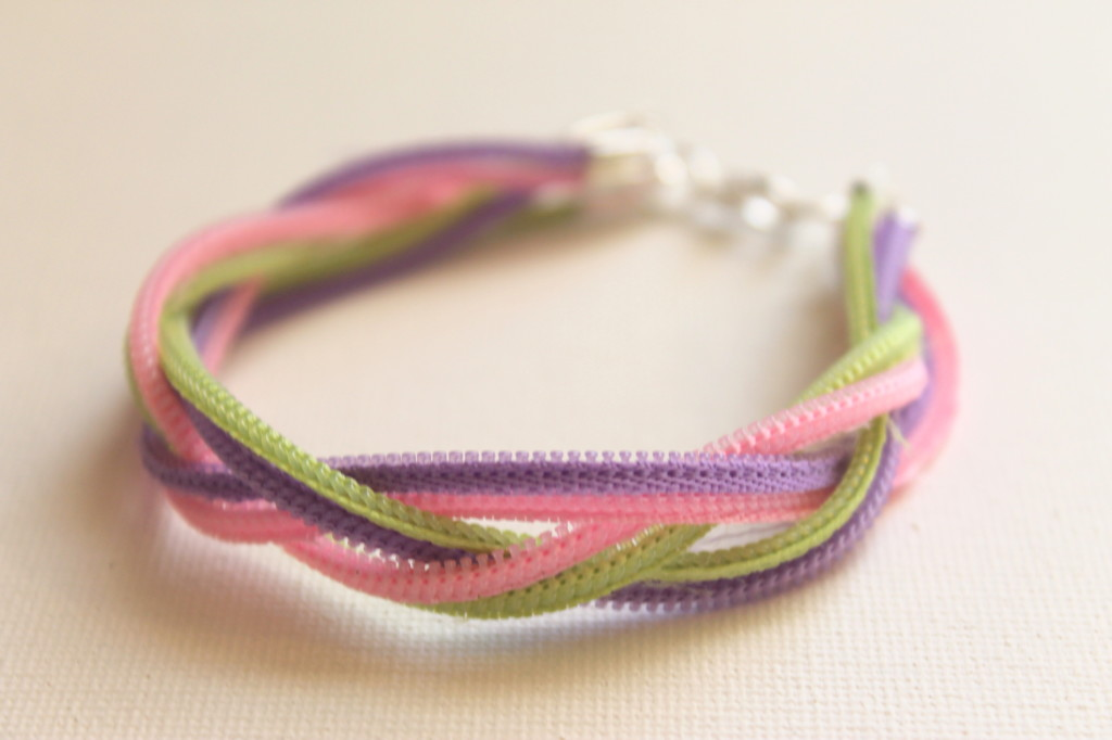 How to make a zipper bracelet